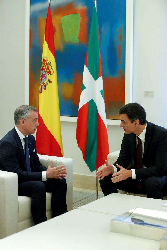El presidente del Gobierno, Pedro Sánchez (d), durante la reunión mantenida en Moncloa con el lehendakari, Íñigo Urkullu.