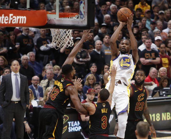 Kevin Durant lanza a canasta por encima de la defensa de los Cavaliers.
