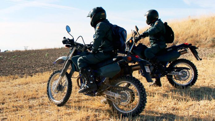 Agentes del Seprona de la Guardia Civil, durante una jornada laboral en el monte. / el adelantado