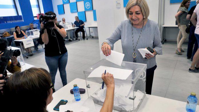 La presidenta provincia del PP, Paloma Sanz, votando en la sede del PP. / KAMARERO