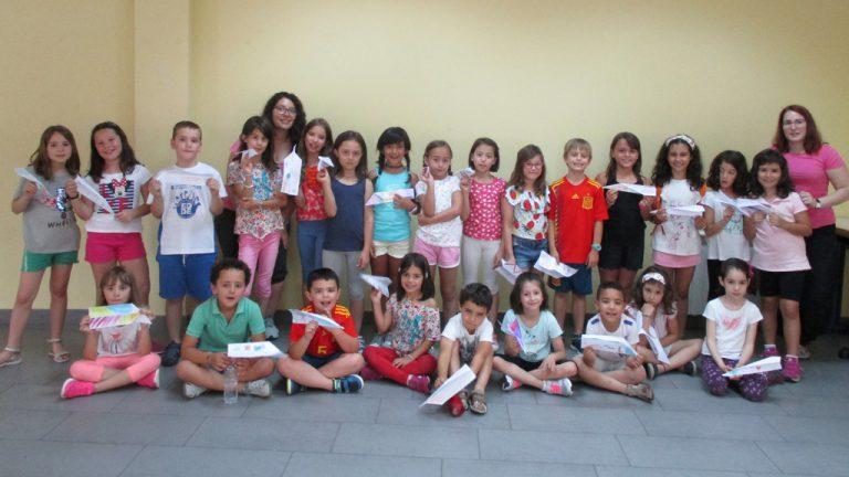 Más de veinte niños participan en juegos cooperativos