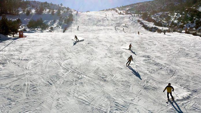 Un grupo de esquiadores, disfrutando en La Pinilla. / el adelantado