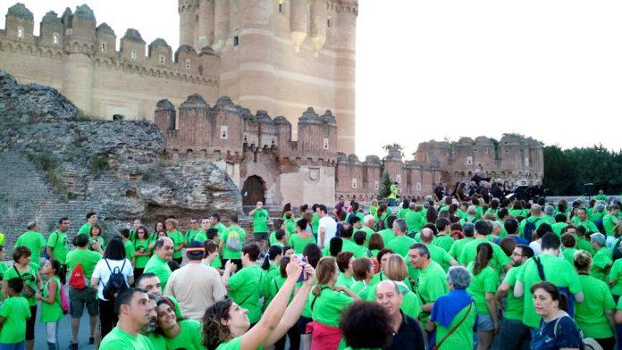 Los marchadores, en torno al emblema de la villa, el Castilla de Coca. / nerea llorente