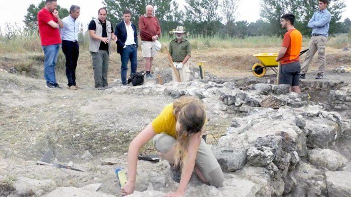 Arqueólogos trabajando en el yacimiento de Santa Lucía. / el adelantado