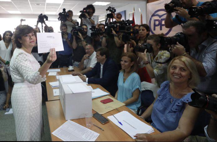 Vota la candidata a la presidencia del Partido Popular Soraya Sáez de Santamaría
