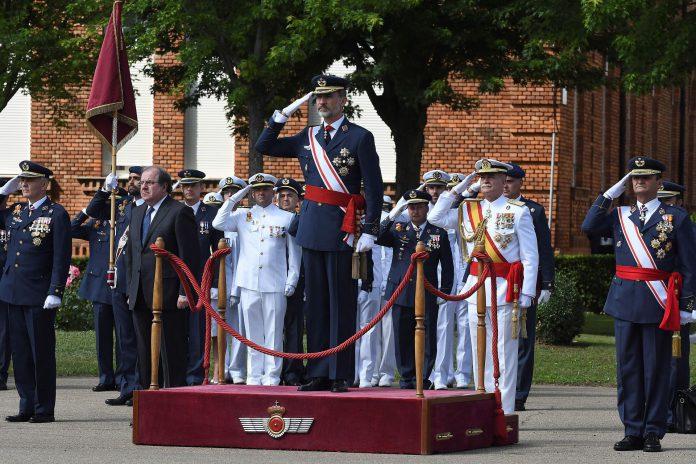 El Rey Felipe VI durante la entrega de los despachos de sargento a la XXVI promoción de la Academia Básica del Aire.