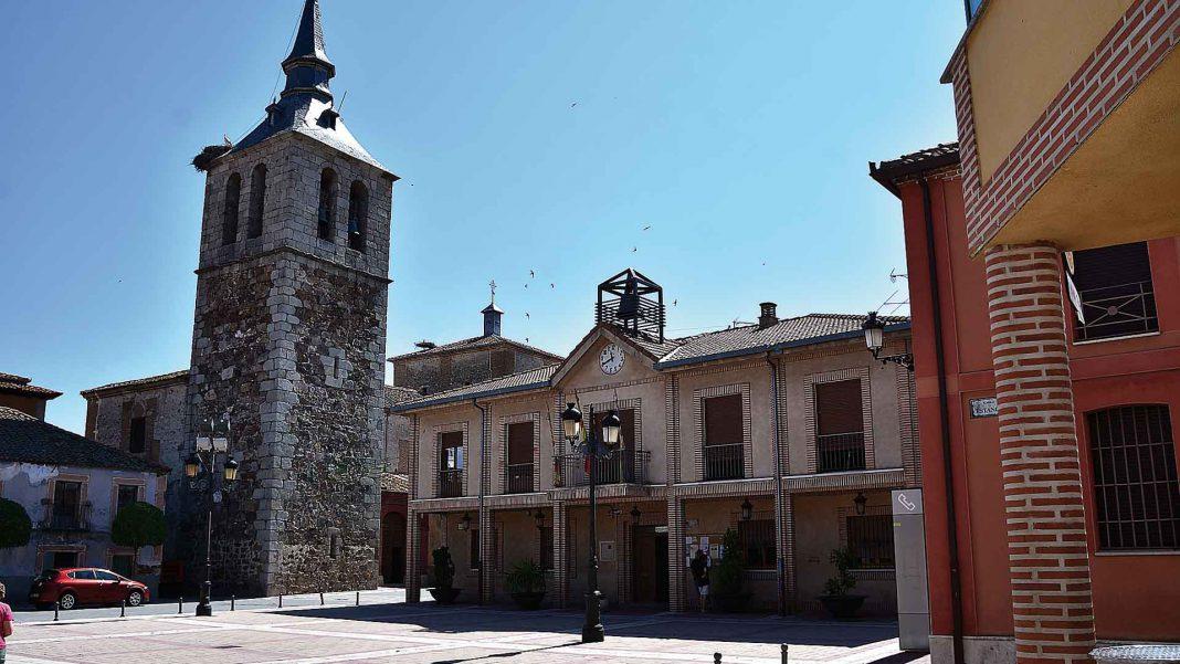 Iglesia parroquial de los santos Justo y Pastor y Ayuntamiento de Navalmanzano.