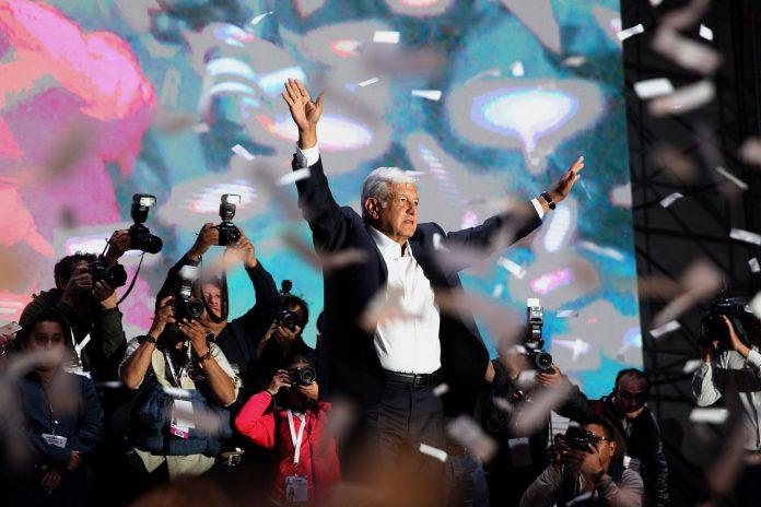 El nuevo presidente mexicano, Manuel López Obrador, celebra la victoria tras arrasar en las elecciones. / efe
