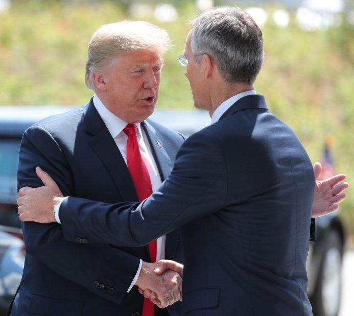 El presidente estadounidense, Donald Trump, es recibido por el secretario general de la OTAN, Jens Stoltenberg.