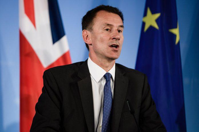 El ministro de Asuntos Exteriores británico, Jeremy Hunt, atiende a los medios durante una rueda de prensa.