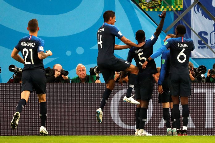 El defensa francés Samuel Umtiti celebra el gol con sus compañeros.