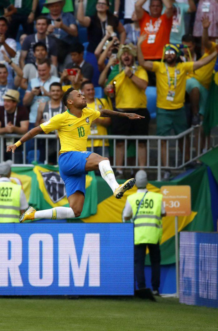 El futbolista brasileño Neymar celebra el tanto conseguido ante México.