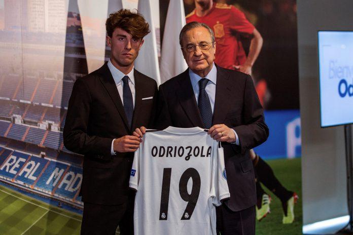 Florentino Pérez (dcha) entrega a Álvaro Odriozola la camiseta del Real Madrid, club en el que lucirá el dorsal 19.