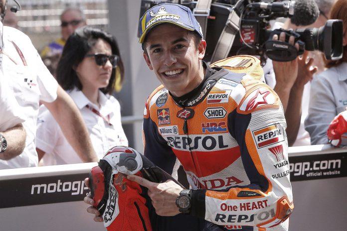 El piloto de MotoGP del equipo Repsol Honda Marc Márquez posa ante los medios de comunicación.