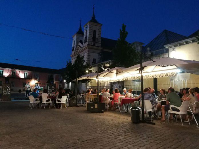 La terraza del bar Castilla acogió a unas 120 personas gracias a la actuación de 'Esparadrapo'.