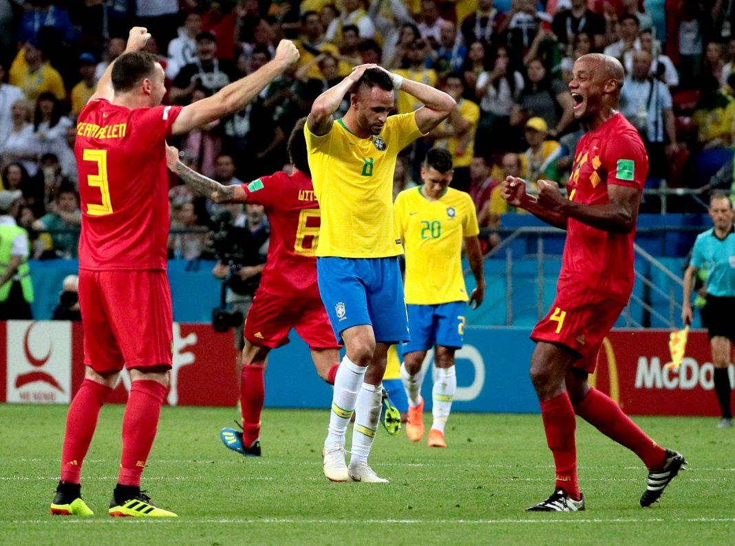 Thomas Vermaelen y Vincent Kompany (de Bélgica) celebrando la victoria junto a Renato Augusto (de Brasil).