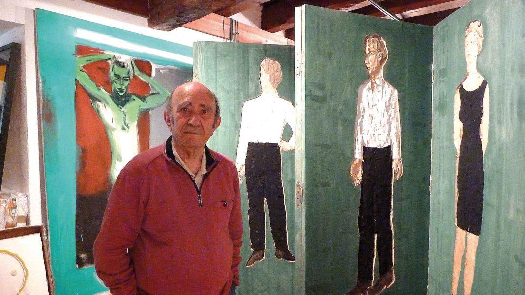 Marcos Martín Blanco junto al biombo de Stephan Balkenhol. / TERESA SANZ TEJERO