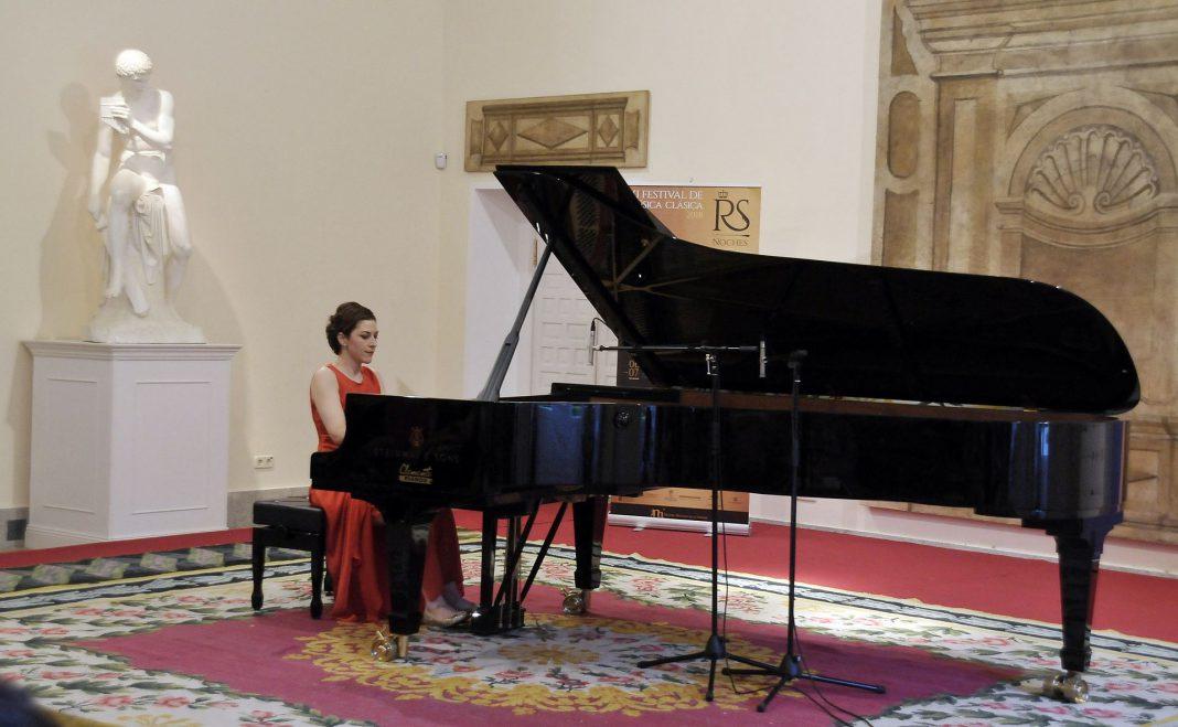 La pianista Dina Nedéltcheva durante su actuación de ayer en la Casa de las Flores en el festival 'Las Noches Mágicas de La Granja'.
