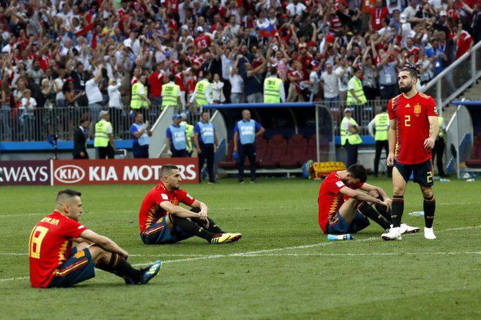 Los jugadores de la Selección Española se lamentan por su eliminación tras un correoso partido ante la anfitriona,Rusia, que finalmente se decidió en la tanta de penaltis.