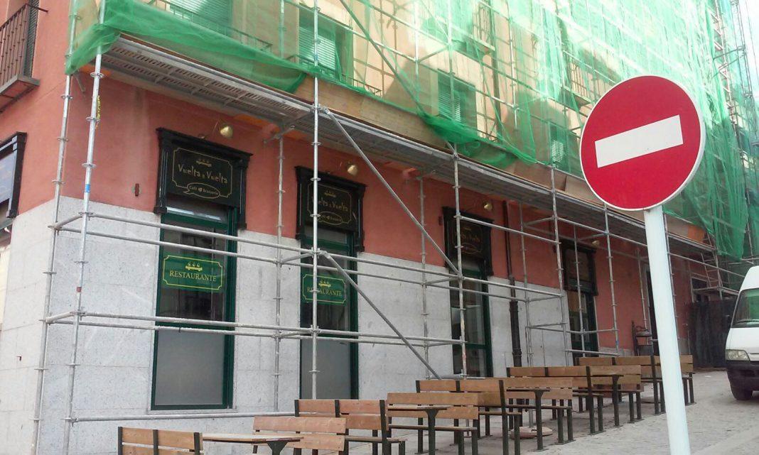 El propietario del restaurante 'Vuelta y Vuelta' dice que unos andamios son los culpables de las anulaciones de reserva.