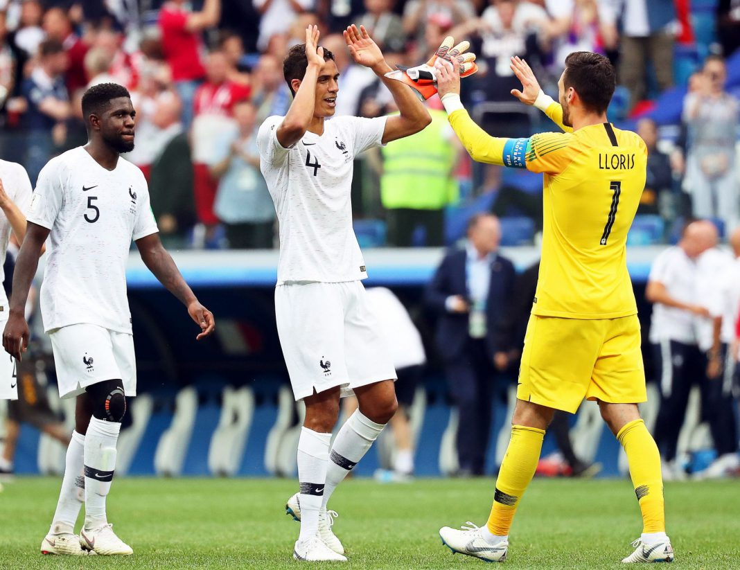 Varios jugadores franceses celebrando uno de los goles que les dio la victoria ayer en el Mundial de Rusia.