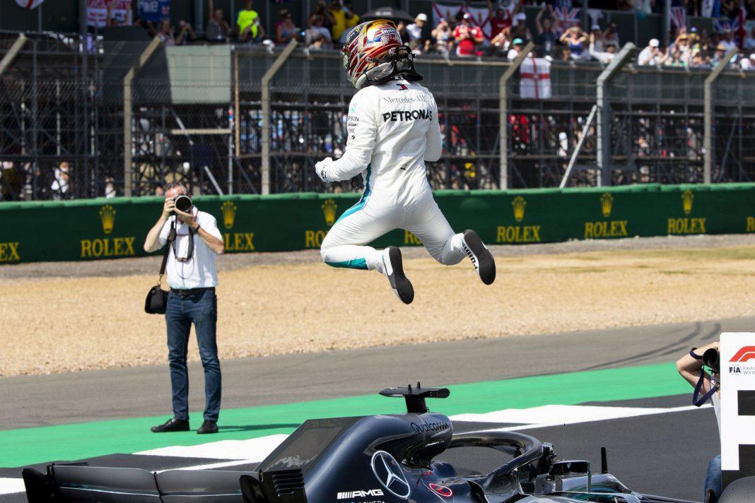 Lewis Hamilton celebrando su victoria tras conseguir la pole en la carrera de ayer del Premio de Gran Bretaña.