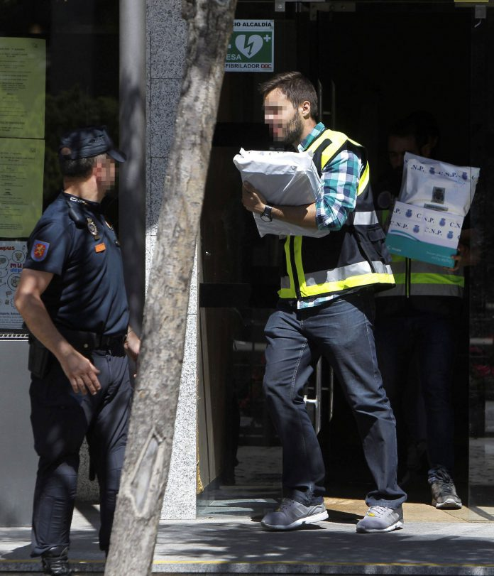 La Policía registra la sede del consistorio madrileño de Torrelodones.