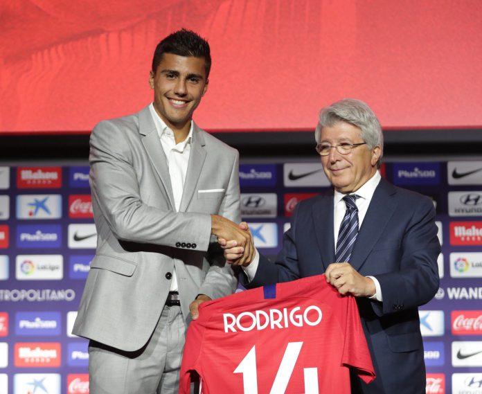 Rodri sujeta la camiseta del Atlético de Madrid, en la que lucirá el dorsal 14.
