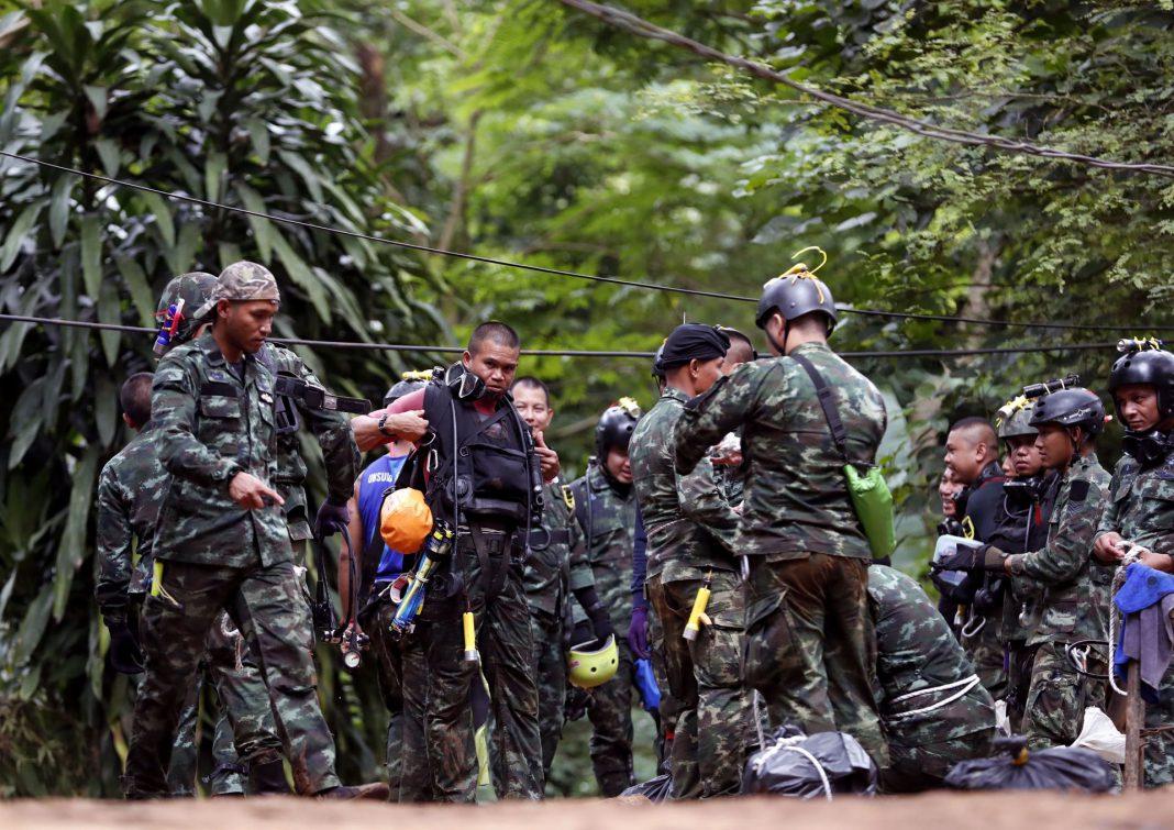 Autoridades participan en las operaciones de rescate del equipo de fútbol infantil y su entrenador en la cueva .