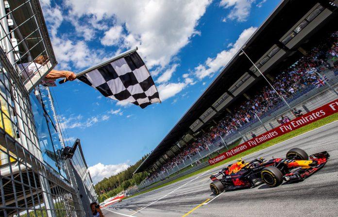 El piloto holandés Max Verstappen cruza la línea de meta con su monoplaza para ganar el GP de Austria.