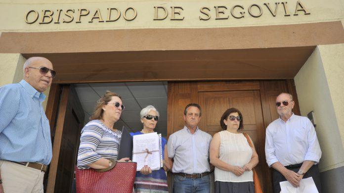 Miembros del Consejo Pastoral entregaron en julio unas 4.000 firmas en el Obispado. / kamarero