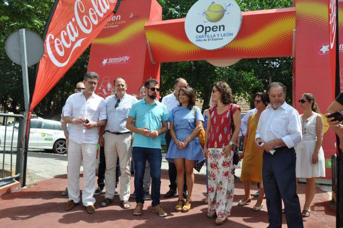 El líder del PSOE en Castilla y León, Luis Tudanca asiste al Open de El Espinar junto a la alcaldesa de la localidad.