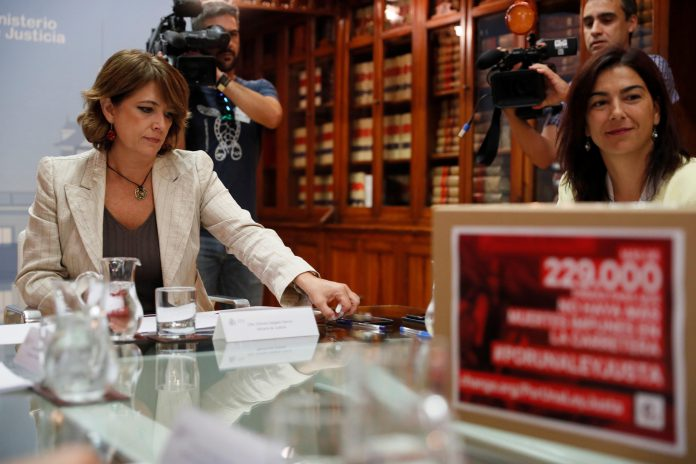 La ministra de Justicia, Dolores Delgado (i), en una reunión con la secretaria de Estado para el Deporte, María José Rienda.