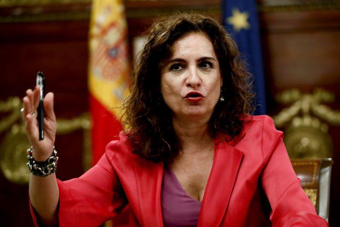 La ministra de Hacienda, María Jesús Montero, durante una rueda de prensa ante los medios.