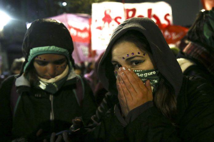 Varias personas favorables al aborto se concentran en Buenos Aires.
