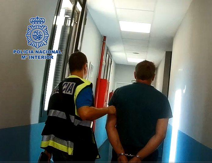 El detenido intercambiaba el material pornográfico obtenido por otro similar a través de su teléfono móvil.