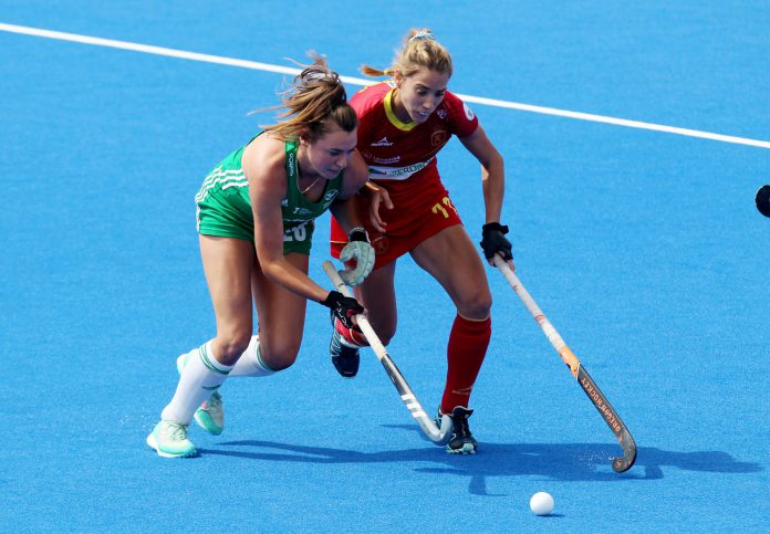 Cristina Guinea disputa la pelota a la irlandesa Anna O'Flanagan.