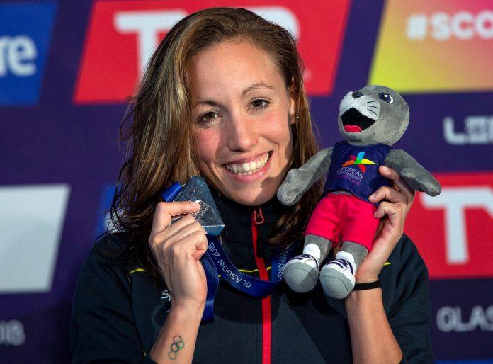 Jessica Vall celebra en el podio su medalla de plata europea en los 200 metros braza.