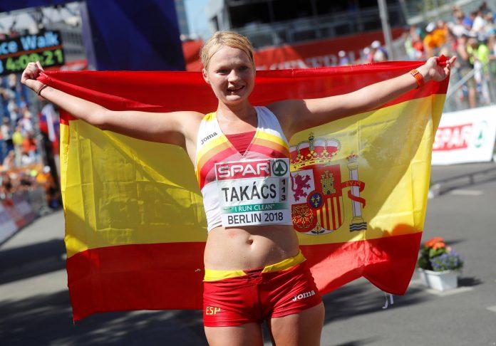 Julia Takacs celebra su tercera posición en los 50 kilómetros marcha.
