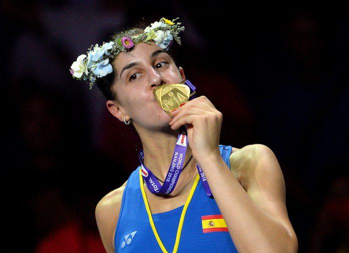 Carolina Marín besa la medalla de oro tras ganar su tercer Mundial.