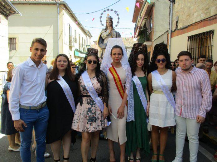 la reina, damas y acompañantes durante la procesion