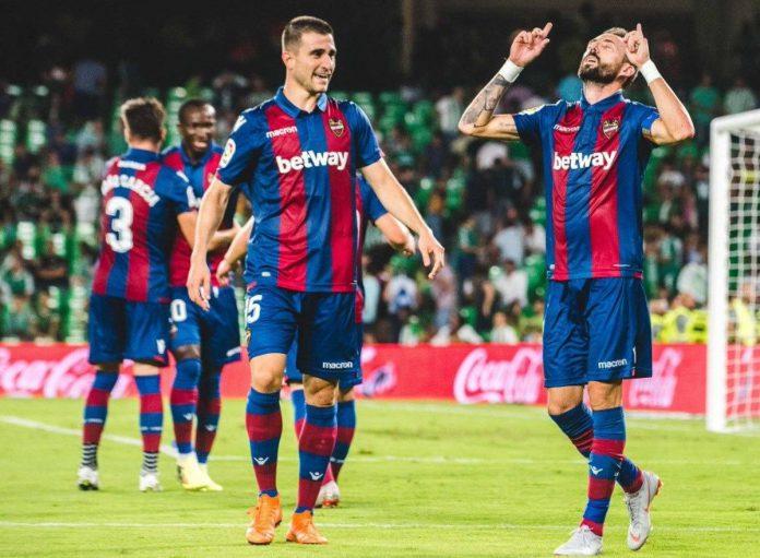 José Luis celebra un gol en el estado Benito Villamarín.