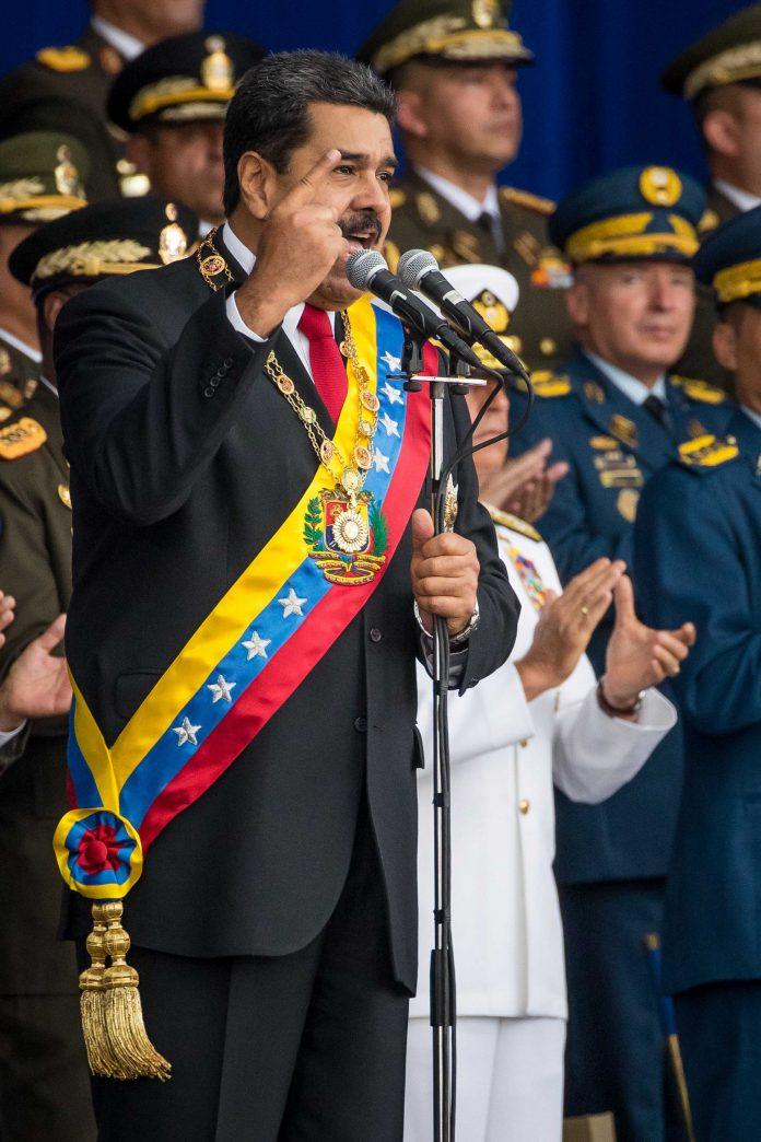 El presidente de Venezuela, Nicolás Maduro, momentos antes de ser evacuado de emergrencia.