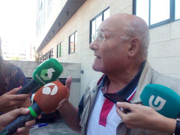 Manuel Charlín atiende a los medios a su salida del juzgado de Vigo.