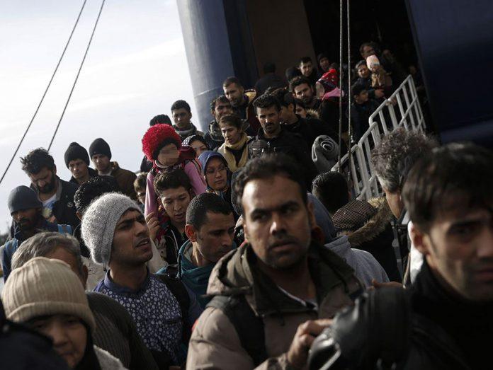 Imagen de archivo de migrantes llegados en un buque al puerto de el Pireo, en Grecia.