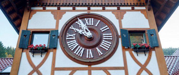 Imagen de archivo que muestra el reloj de cuco más grande del mundo en el parque Eble Clock en Triberg, Alemania.
