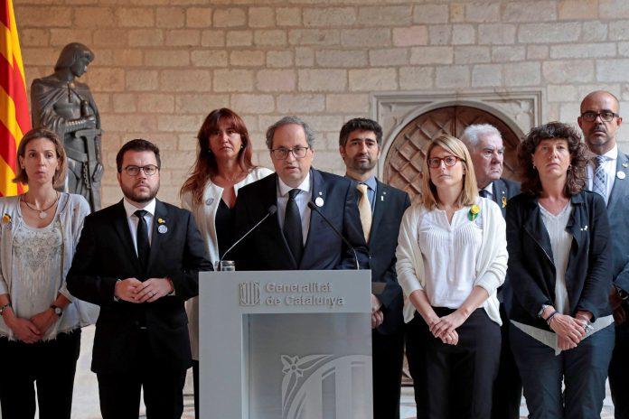 Quim Torra (c) en una declaración institucional en el Palau, acompañado de los miembros del Govern, con motivo del primer aniversario de los atentados.