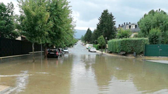 El agua cubrió el acceso a Robledo en muy poco tiempo. / el adelantado