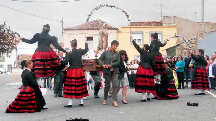 Las jóvenes de Tabanera del Monte bailan durante la procesión