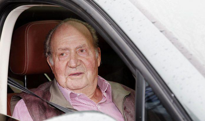 El Rey emérito, Juan Carlos, posa ante los medios.